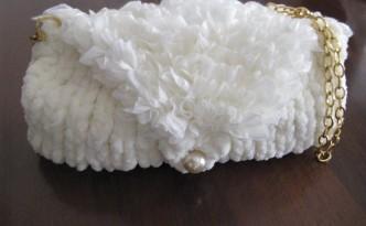 pochette realizzata in ciniglia e filato per sciarpe effetto rouche
