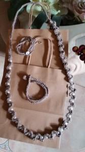 Collana e bracciali di lino lavorati all'uncinetto