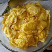 Ravioli ricotta e stracchino di bufala con sugo di pomodorini gialli del piennolo e colatura di alici di Cetara