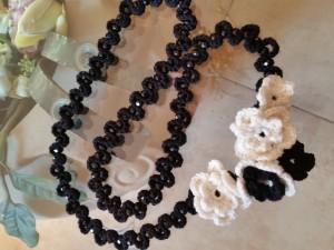 Collana lana nera e perle di vetro